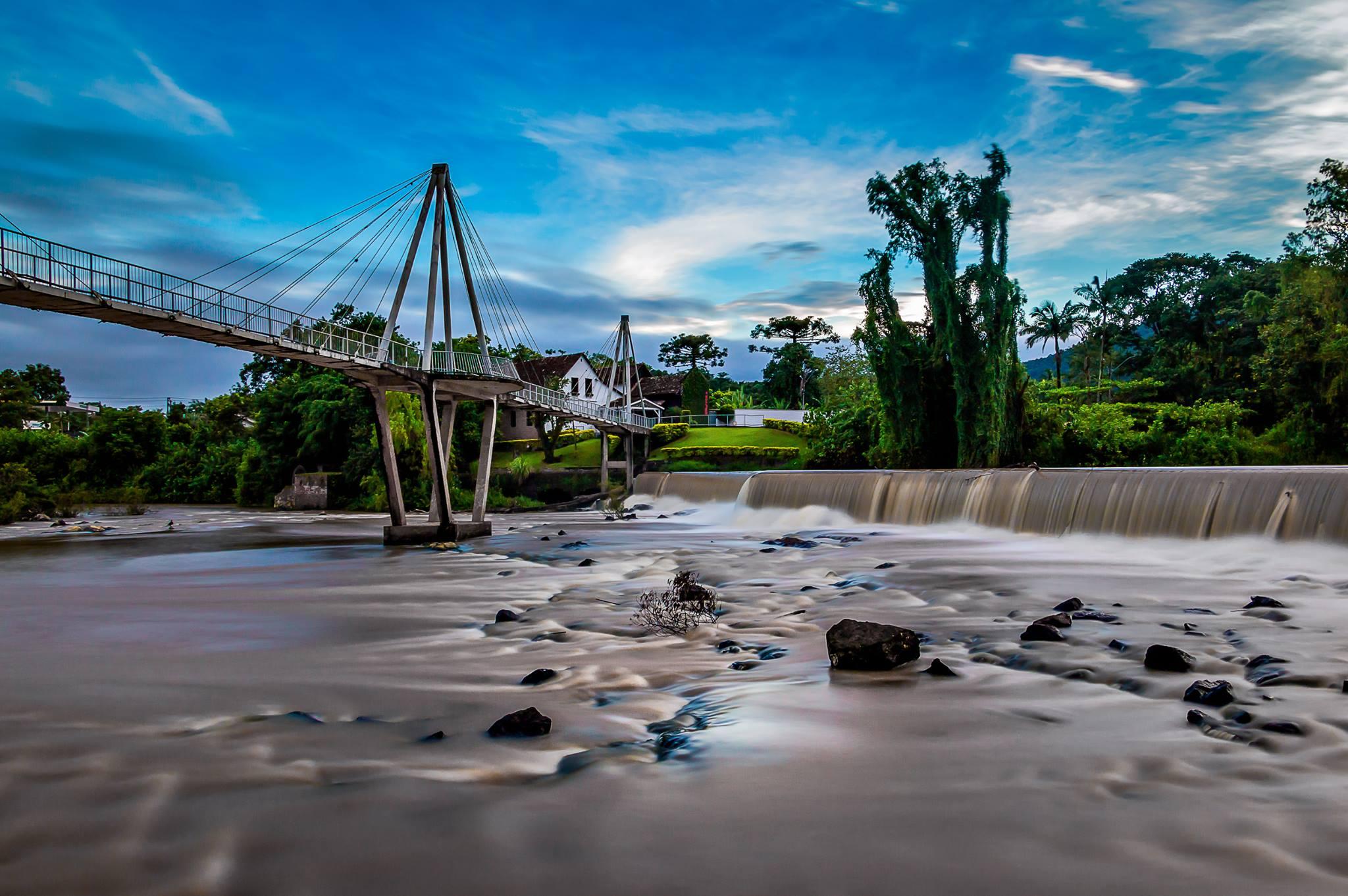Ponte Thapyoka sobre Rio Benedito em Timbó (SC). Sonha em morar em Timbó? Saiba tudo neste post!