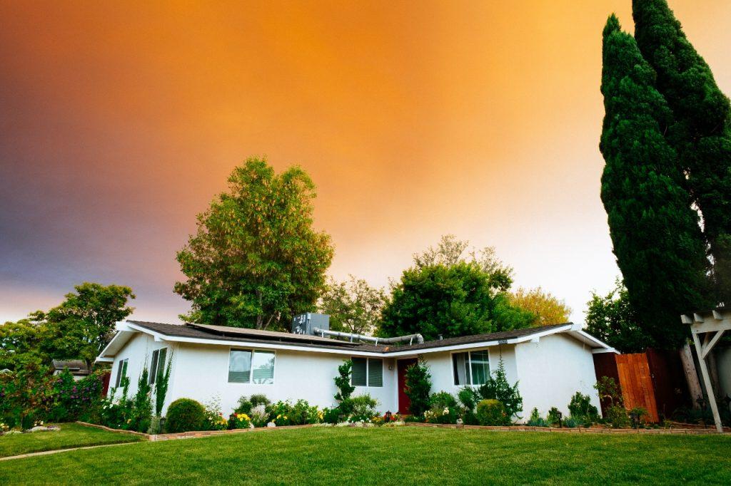 Casa térrea branco com jardim grande. Saiba o que é melhor: casa ou sobrado